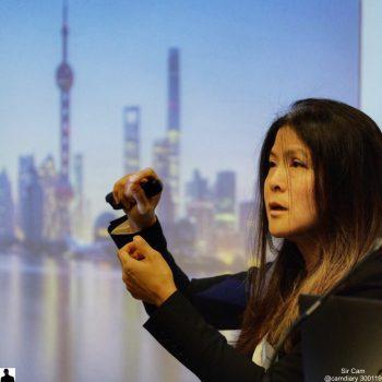 Valerie Voon presenterer